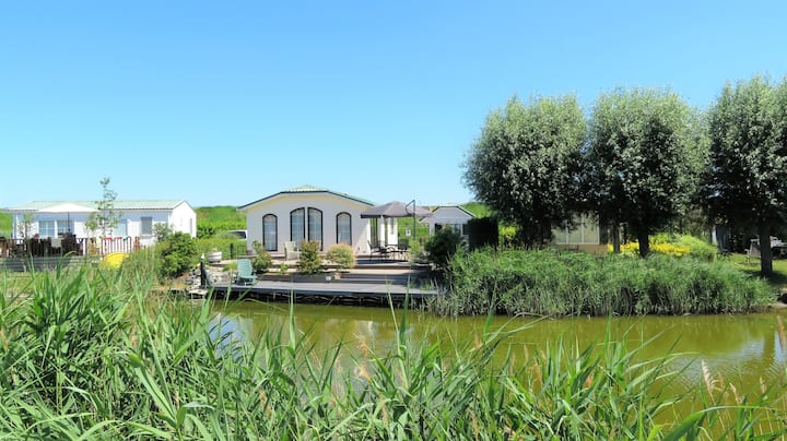 De Parel van Zeeland with sauna right by the sea.