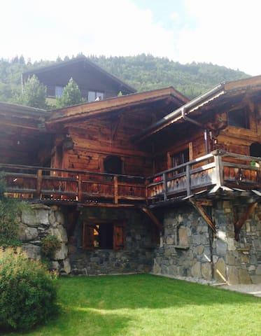 joli chalet typique avec terrasse plein sud - Montriond - House