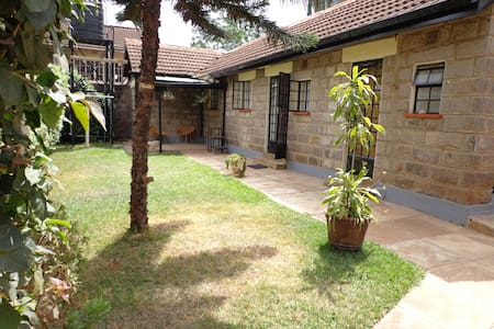 Cosy Bungalow and Breakfast near Yaya Centre - Nairobi