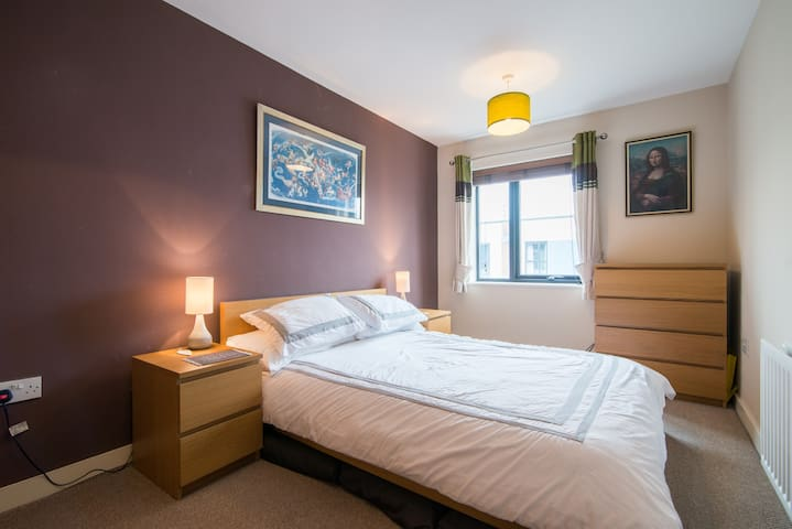 Double room in modern home close to Media City - Salford - Huis