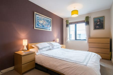 Double room in modern home close to Media City - Salford