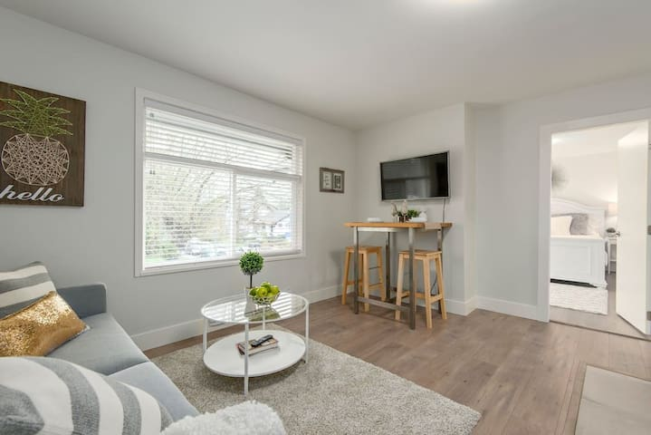 2BDR Bright Charming Kitsilano Unit