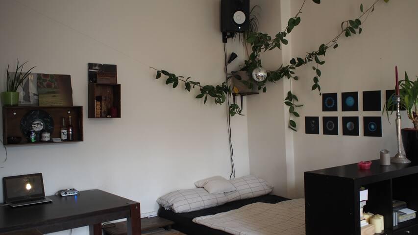 Big & cozy room in Friedrichshain with balcony!