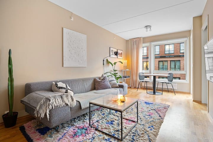 Comfy, central 1BR apt w/ balcony, free parking*