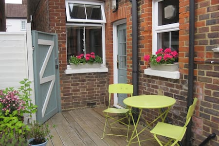 Victorian Garden Flat Nr London LGW - Apartment