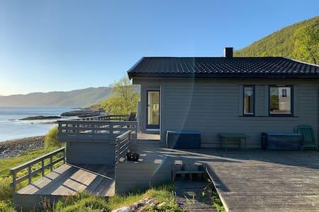 Sentrumsnær hytte, helt nede i havkanten.