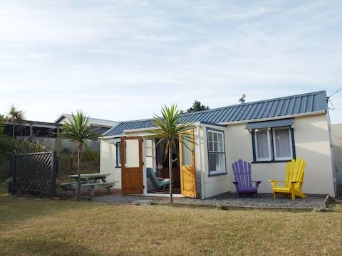 Classic kiwi bach less than 10min walk to beach