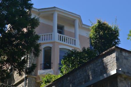 Le Bompard 50 m² Villa Art Déco avec jardin