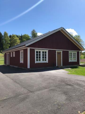 Nybyggt sjönära och lantligt boende