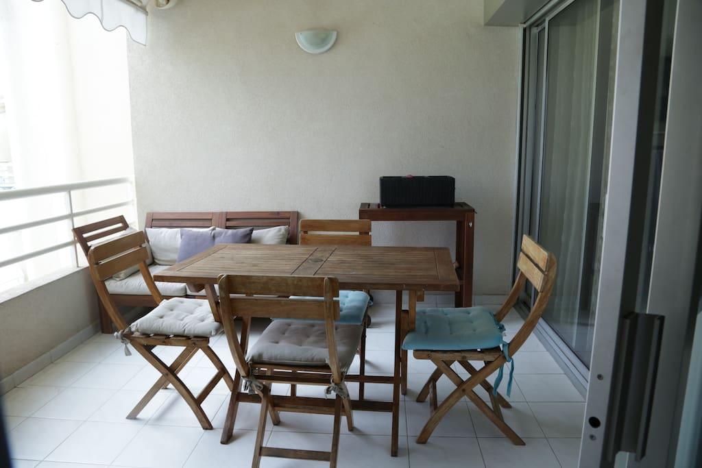 Terrasse avec accès à la cuisine et au salon
