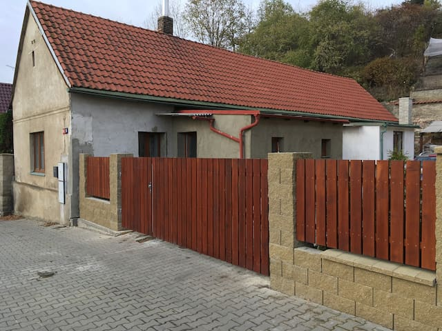 Inexpensive house with parking and garden - Prague - House