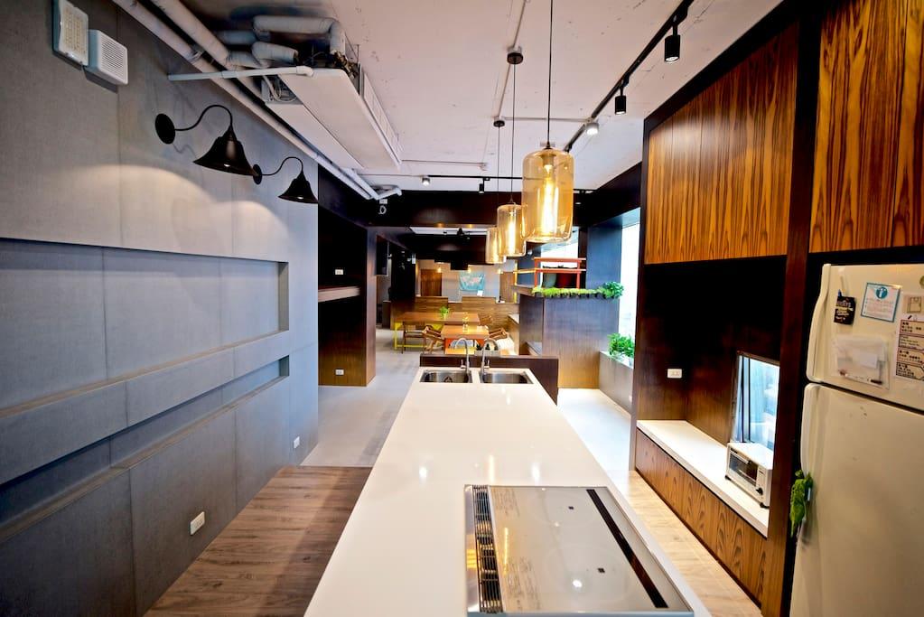 中島式廚房、冰箱、烤箱、微波爐,餐廚用具 Kitchen View
