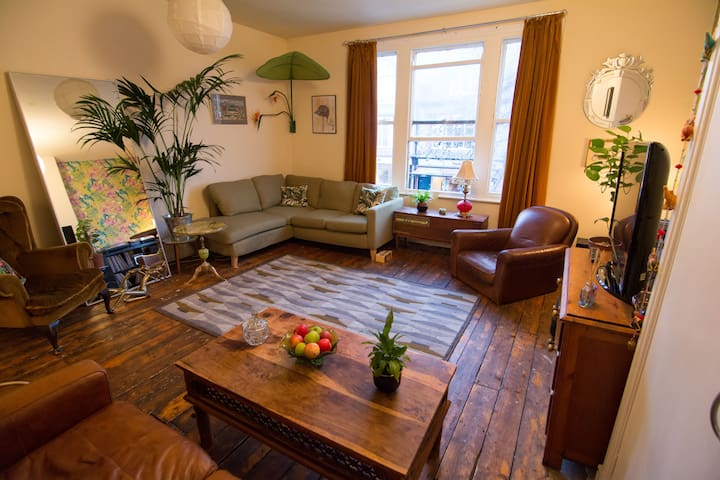 Bright double bedroom with own private living room - Manchester - Appartement