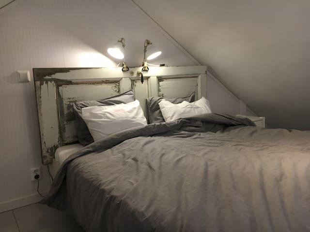 Dubbelsäng kingsize på sovloftet