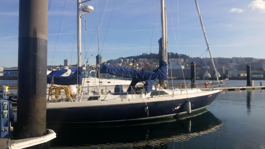 ¡Alójate a bordo de un velero clásico!