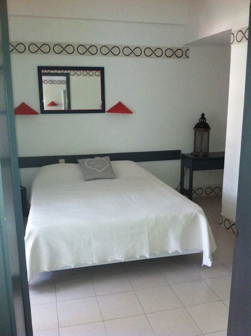 bedroom with bathroom, balconny and air conditionning