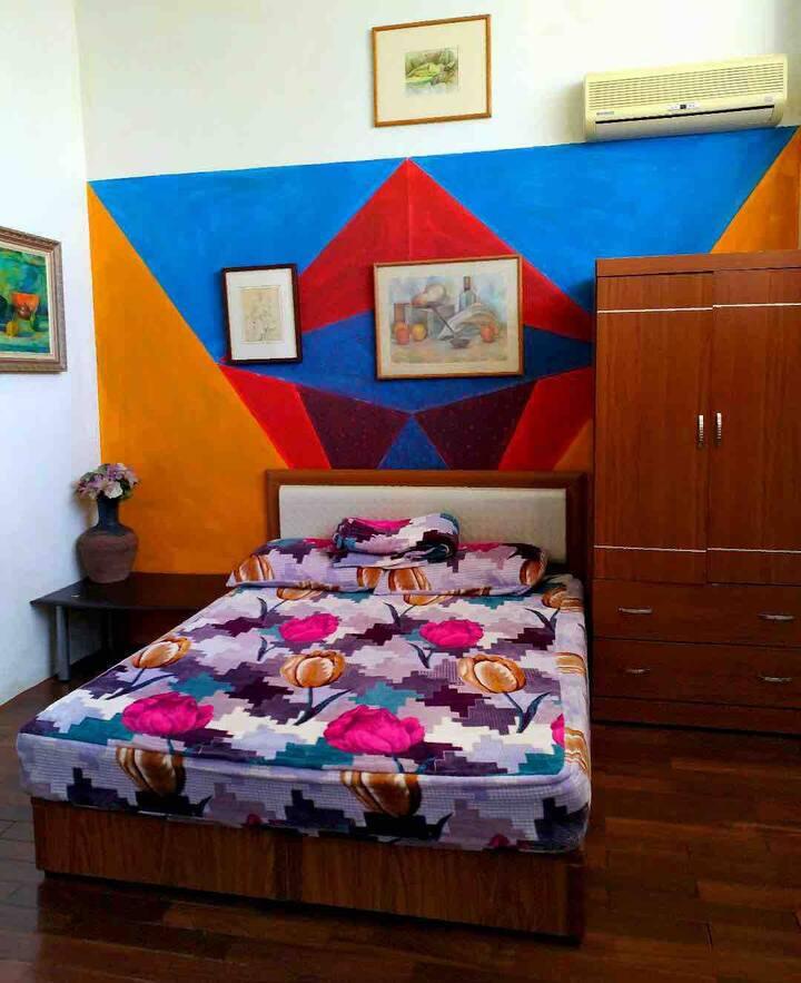 適合環島出差短暫旅遊的 背包客棧藝術風雙人房間
