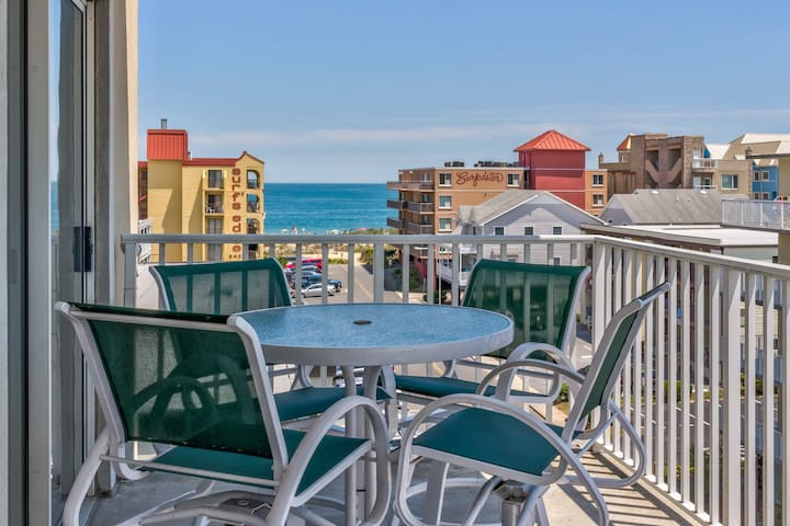 Charming condo w/ shared pool and ocean view, only one block to the beach!