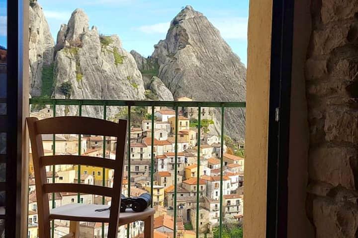 Studio in Castelmezzano, with wonderful mountain view, furnished balcony and WiFi