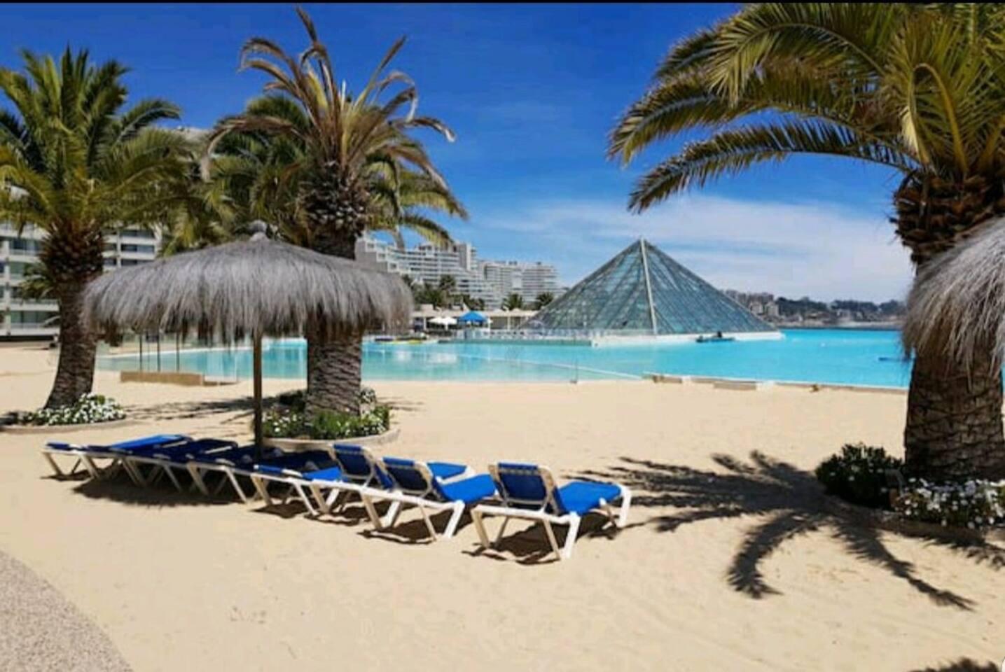 El lugar tiene reposeras de uso gratuito y la pirámide que se ve se llama club playa, el cual tiene piscina temperada, jacuzzi, sauna, esta abierto hasta las 22:45 hrs. Tiene un costo de 20mil CLP por entrada.