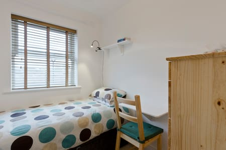Single room in modern house - West Drayton