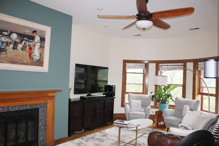 Upscale 3Br Condo, steps from Wrigley field + Prkg