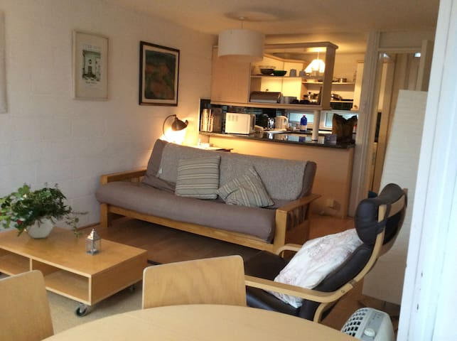 Bright Apartment, private balcony, North Oxford