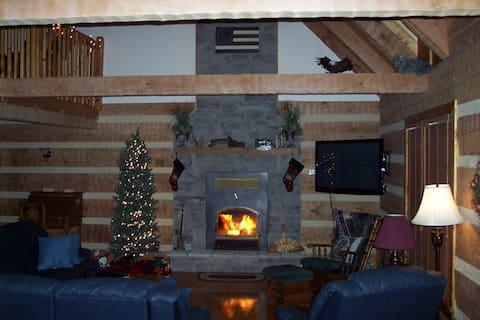 Authentic Hilltop Log Cabin, 360° Views, Sleeps 12