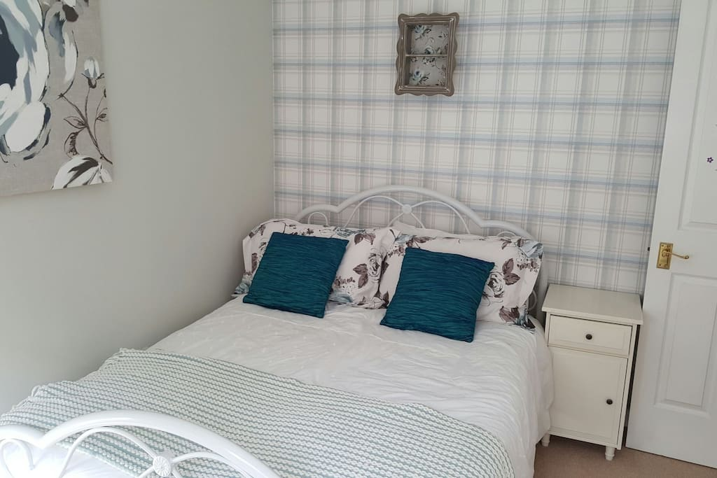 Freshly decorated brighg double bedroom at £520 pcm