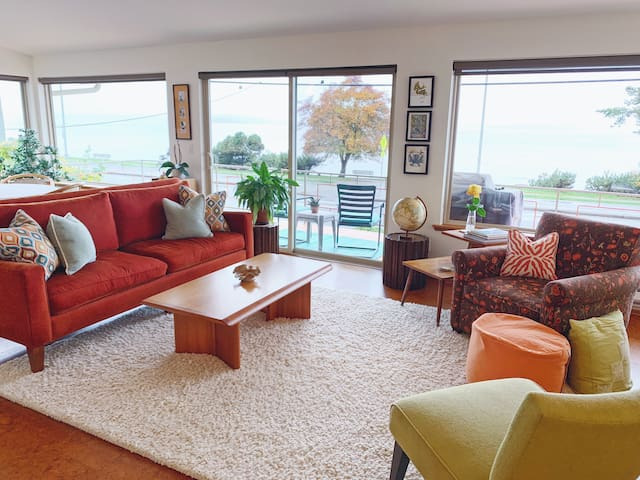 Modern Mid Century Beach House-12 mins to Seattle