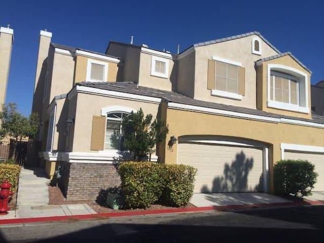 Room in affluent community close to RedRock Casino - Las Vegas - Rumah