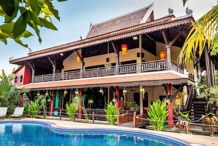 Cambodian Style Wooden Mansion - 6 rooms sleeps 14 - เสียมราฐ - บ้าน