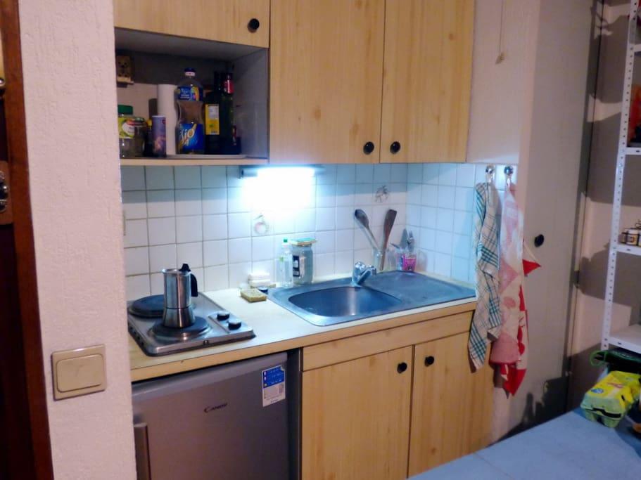 Cuisine, réfrigéradeur, 2 plaques électriques et placards