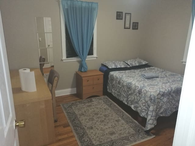 clean , comfy room near airport