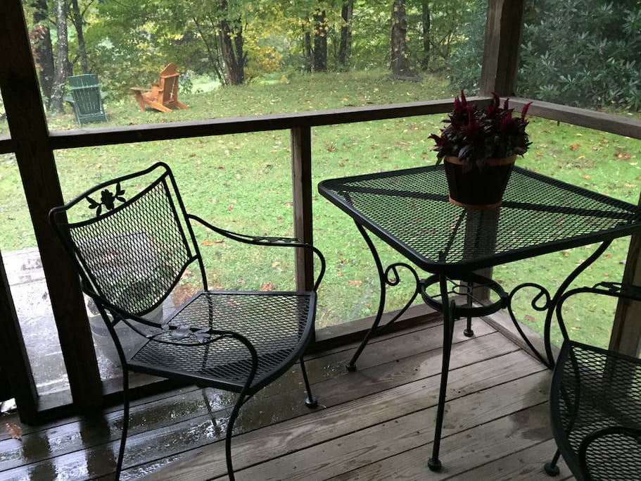 Cabin: The screened porch is a nice spot to enjoy quiet time and listen to the river or have good conversation, play cards or drink some wine. There are also rocking chairs and a porch swing for more seating.