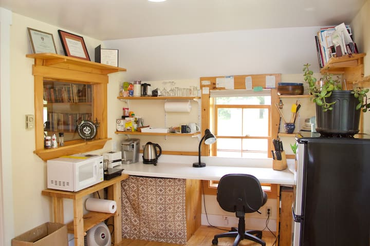 Kitchen / desk area