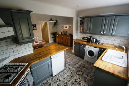 BOURNECOAST: LOVELY FAMILY HOME with GARDEN-HB6046