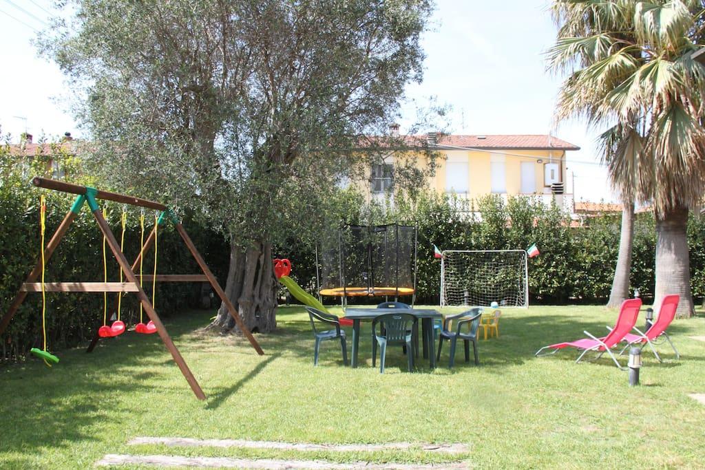 Jardin avec aire de jeux
