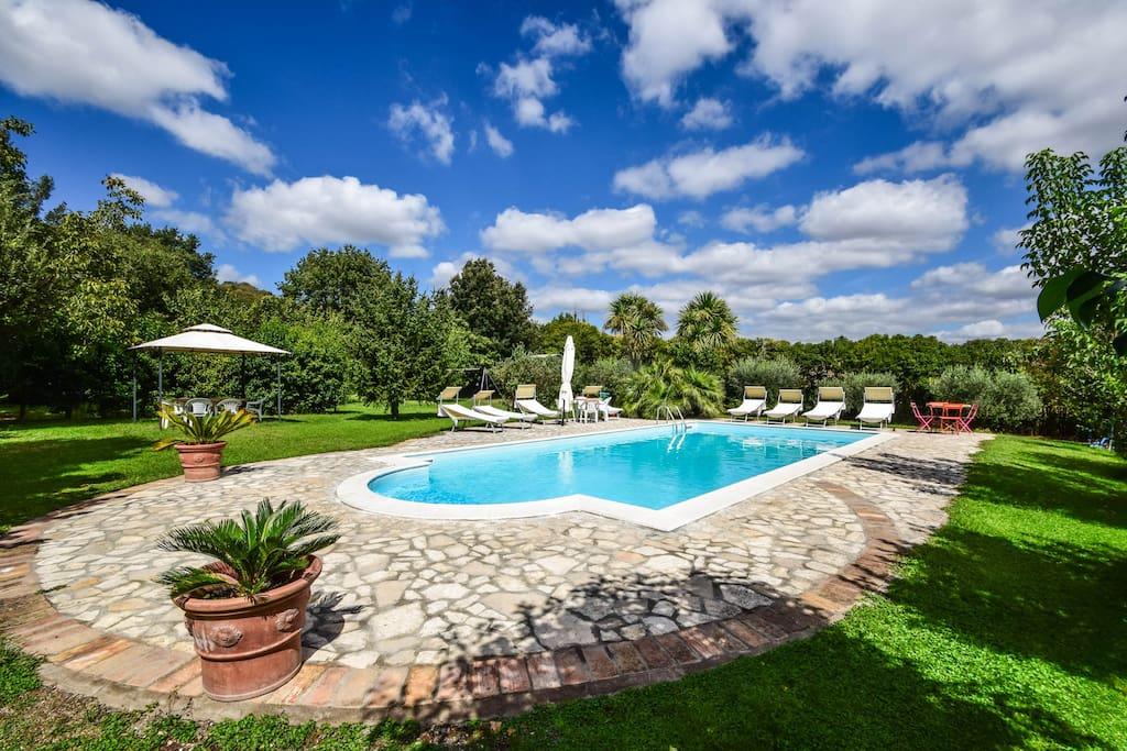 House with large garden pool bikes near rome for Gartenpool 10x5