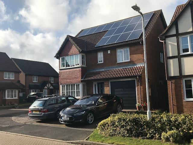 Entire executive family home 4 bed 10mins Shuttle