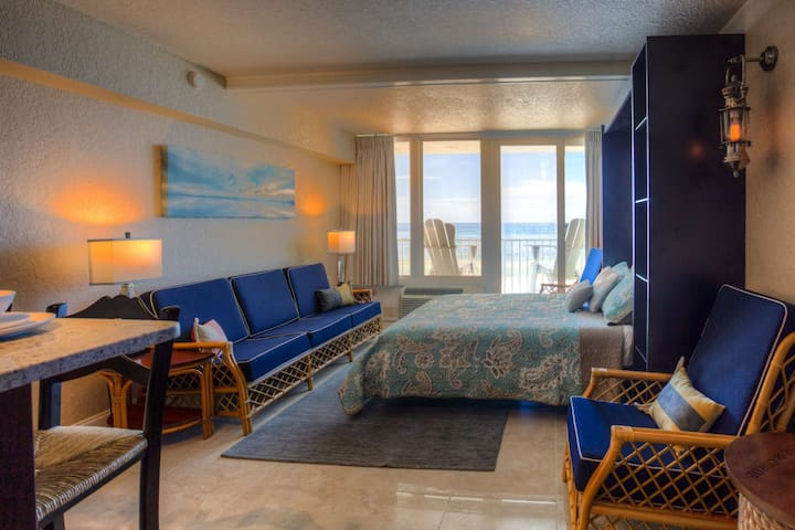 Amazing Beachfront Studio w/Private Balcony! Beachside Pool, Tiki Bar, Sand Volleyball, Fishing Dock