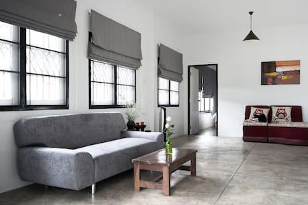 Modern 2BR private house w/ garden - Tambon Ton Pao Sankampang