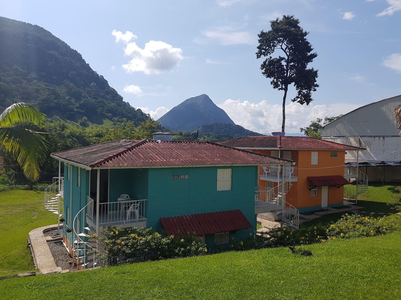Habitaciones y al fondo Cerro Tusa pirámide natural considerada la más alta del mundo