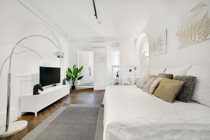 Lovely White Studio in Potts Point with Car Space