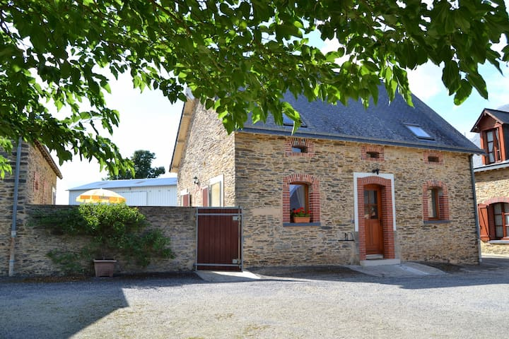 """La Roseraie"" cottage with pool - Soudan - Huis"