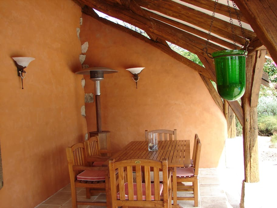 Pool house avec cuisine d'été. Table pour 10/12 p