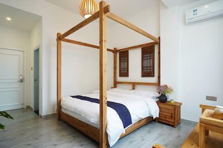 这是1间大床房,内有复古架子床。民宿位于武夷山景区南大门,房东是土生土长茶农兼旅游达人。