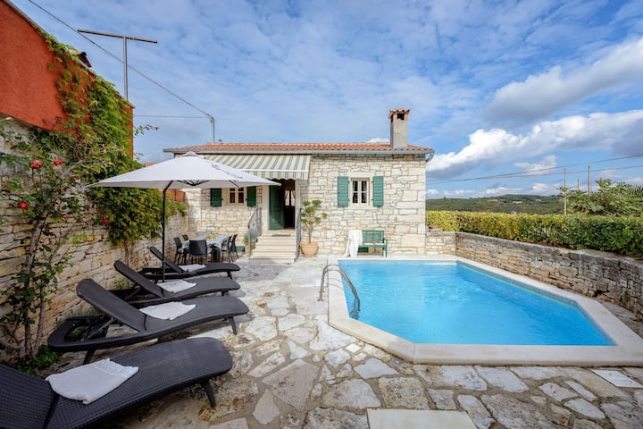 Lovely stone house with private swimming  pool !