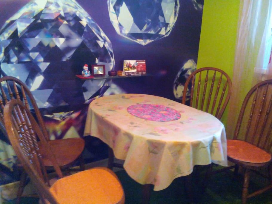 Обеденный стол и стулья на кухне