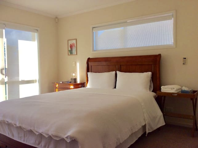 Queen room with private bathroom+two double rooms